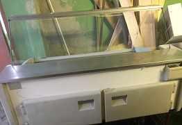 Две холодильные витрины и стелажи