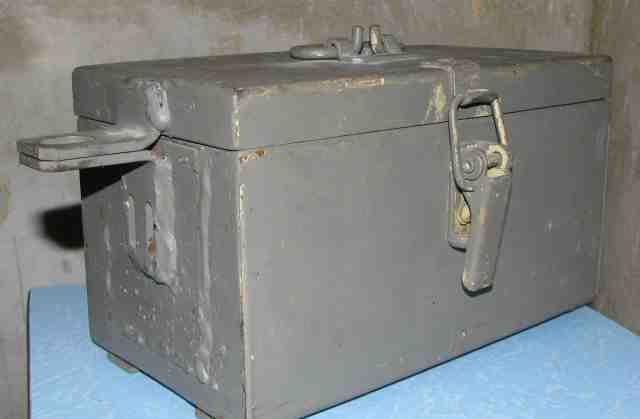 Запираемый на замок железный ящик