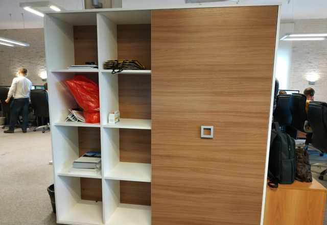 Офисный шкаф, стол и брифинг-приставка
