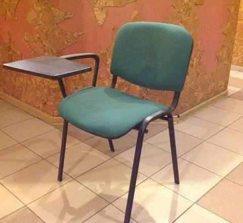 Офисный стул со откидывающимся столом