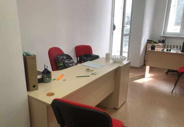 Офисный стол и стулья