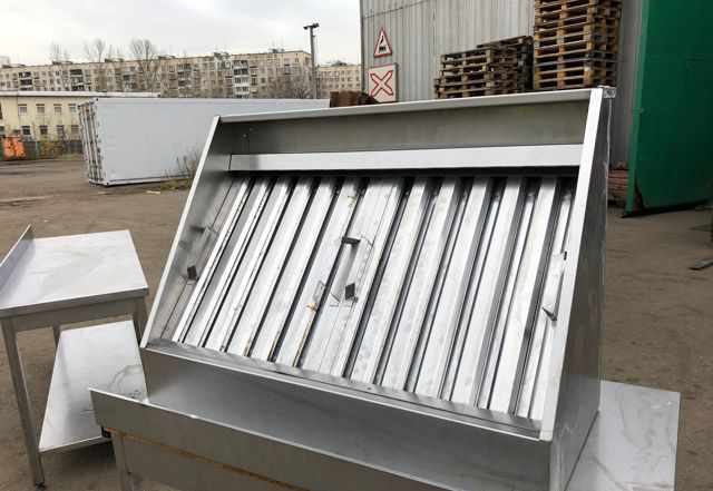 Кухонные столы и вытяжка из нержавеющей стали