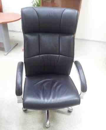 кожаное офисное кресло